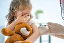 Aunque un progenitor se oponga, el interés del menor prima a la hora de vacunar a los hijos